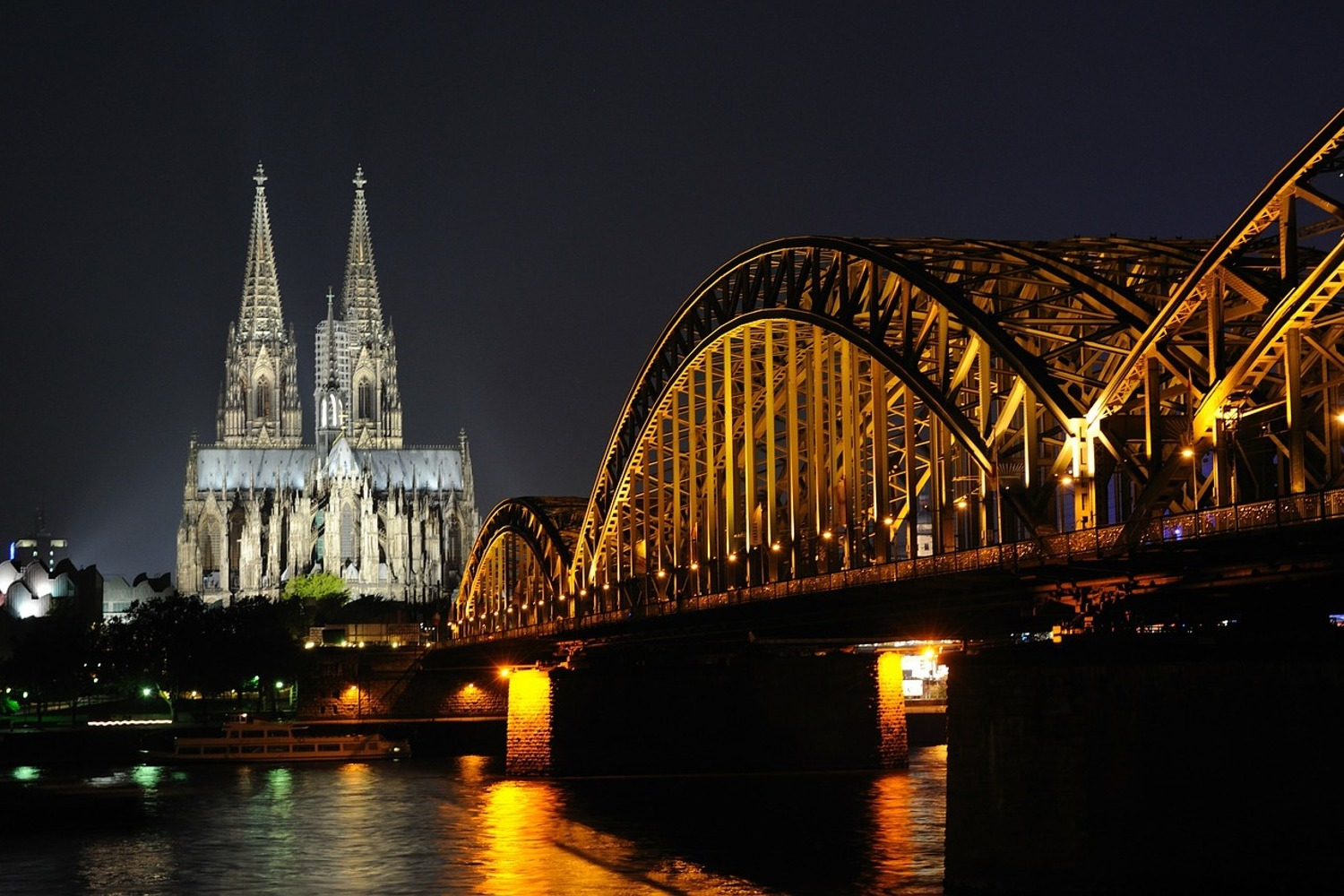 Fototapet At night in Cologne